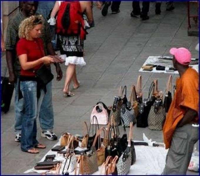 Cefalù: il Sindaco autorizza commercio ambulanti ed extracomunitari sul Lungomare. Come reagiranno i commercianti cefaludesi?