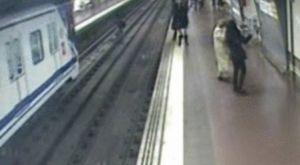 Spagna: poliziotto salva uomo caduto sui binari a pochi istanti dall'arrivo del treno (Video)
