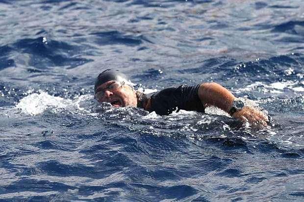 """Beppe Grillo arriva a nuoto in Sicilia: """"Dopo i Savoia e gli Americani sono sbarcato io"""""""