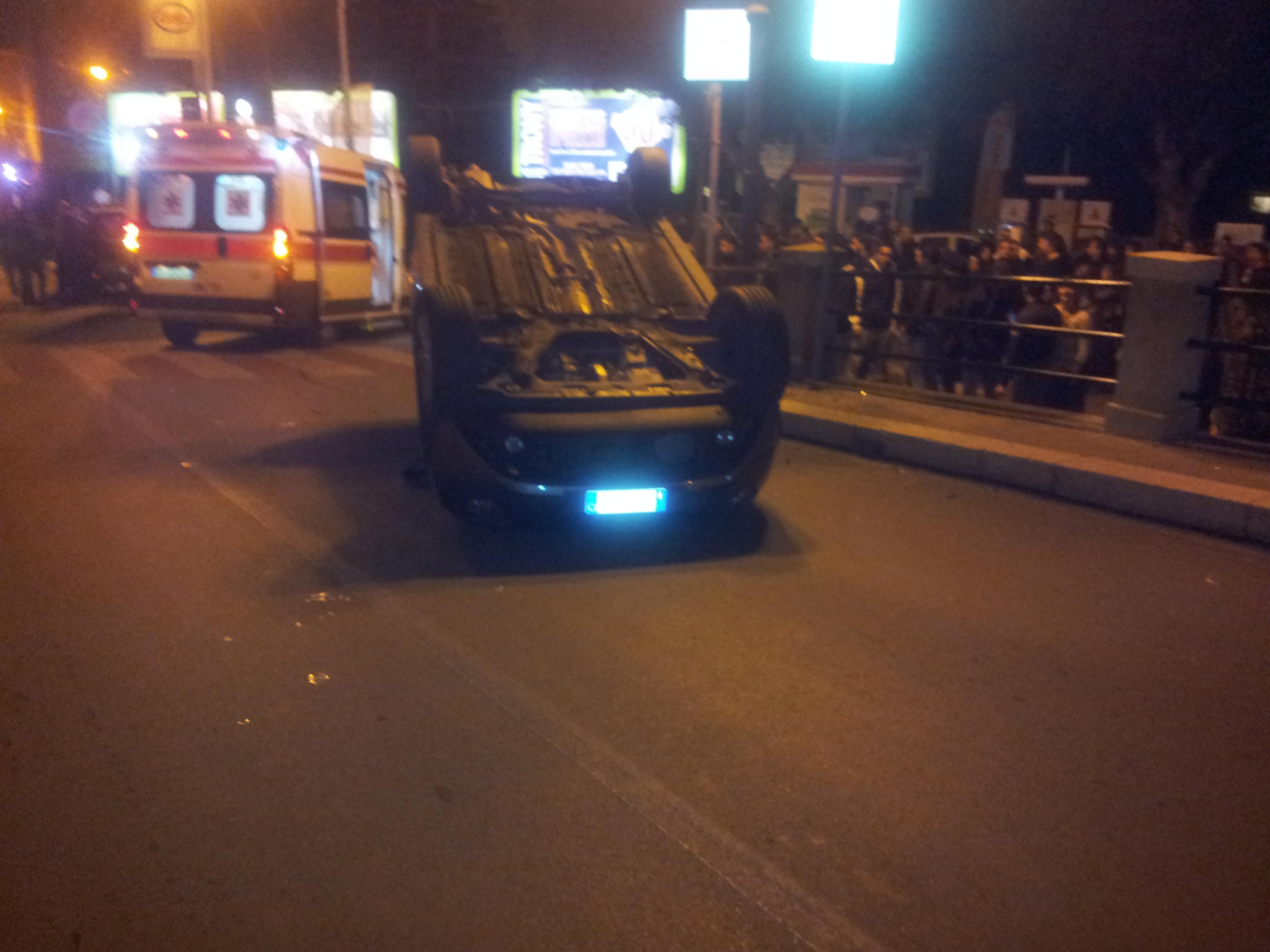 Incidente d'auto alla Villa: auto ribaltata