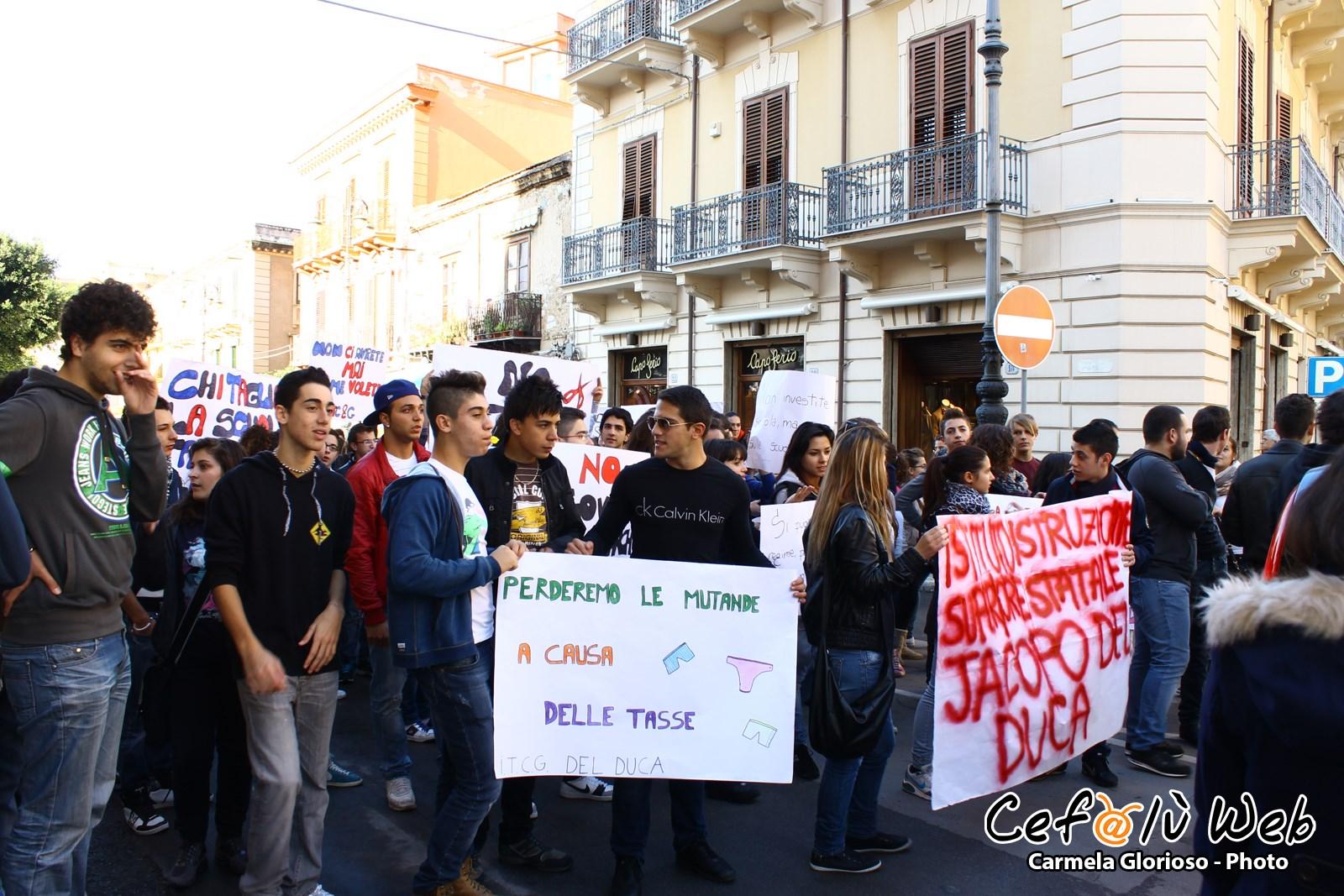 Cefalù: gli studenti manifestano contro i tagli alla scuola