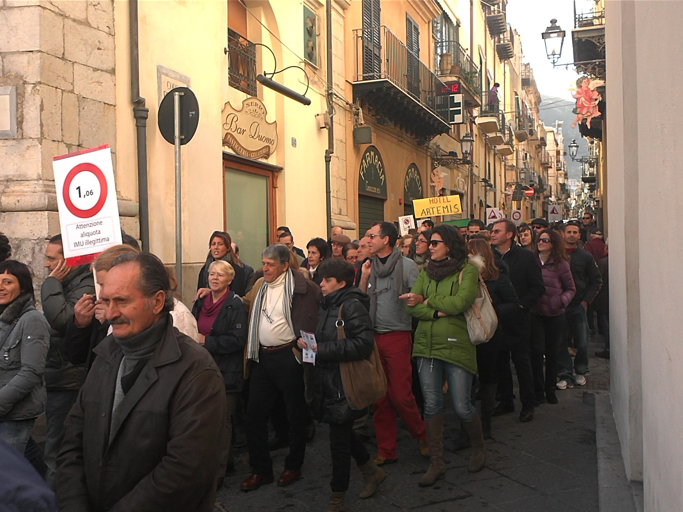"""Corteo contro il """"caro tasse"""" - A Cefalù il Sindaco incontra in piazza i manifestanti"""