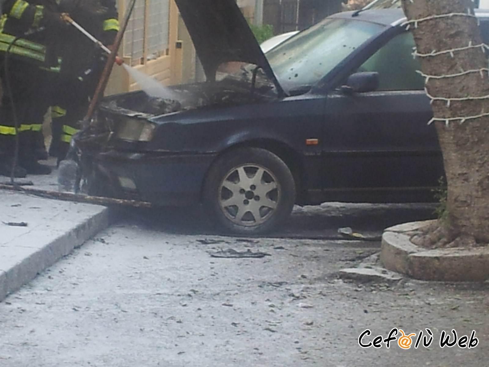 Cefalù: auto in fiamme in via Vazzana