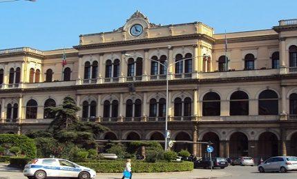 Stazione di Palermo, non vuole dargli l'Iphone: i ladri gli sferrano cinque coltellate