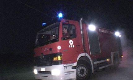 Paura nella notte: in fiamme un appartamento, il palazzo è stato evacuato