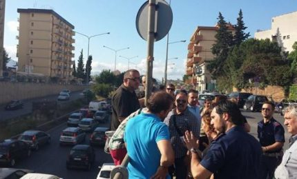 Palermo, viale Regione Siciliana: lavoratori esasperati minacciano di gettarsi dal ponte