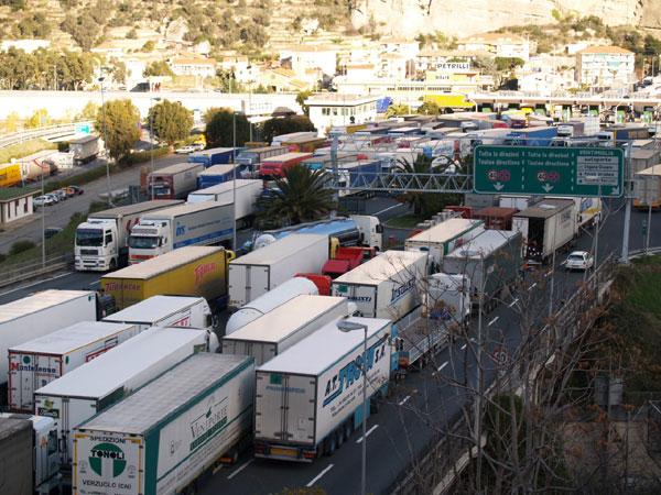 Cresce la protesta, gli autotrasportatori pronti a bloccare i porti