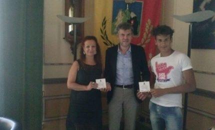 Il sindaco Burrafato consegna una targa a due poeti termitani
