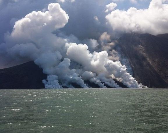 Continua senza sosta l'eruzione dello Stromboli (video)