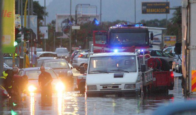 Maltempo, è caos a Palermo: traffico in tilt e strade allagate