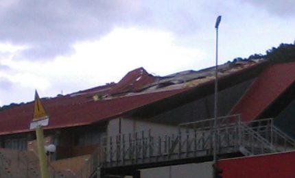 Il vento scoperchia il tetto del palasport di Cefalù