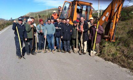 Gangi, sindaco e amministratori al lavoro con i cittadini per ripulire le strade provinciali