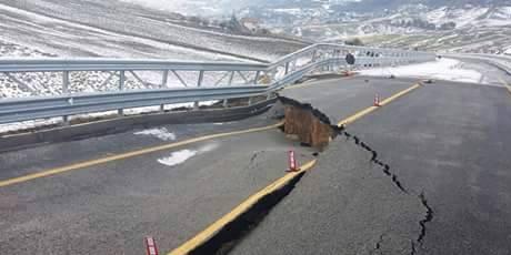 Crolla la corsia di accesso a un viadotto sulla Palermo-Agrigento
