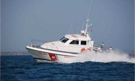 Soccorrono gli immigrati in mare, minacciati dagli scafisti armi in pugno