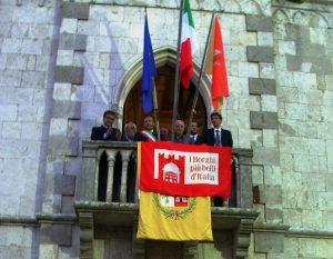 la bandiera dei borghi al municipio (1)