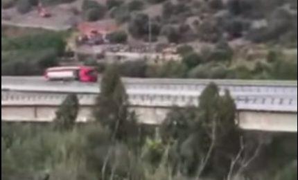 Mezzi pesanti sulla carreggiata del viadotto Himera [VIDEO]