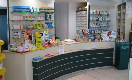 Uomo con il volto coperto rapina una farmacia, individuato e arrestato