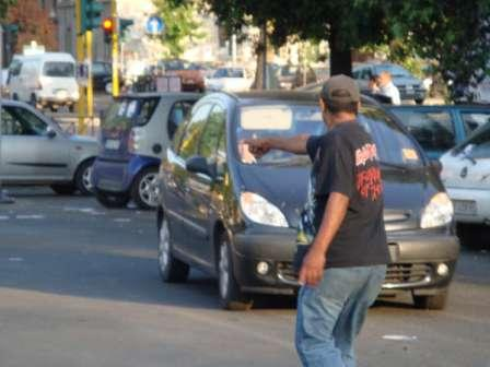 Era agli arresti domiciliari ma faceva il parcheggiatore abusivo