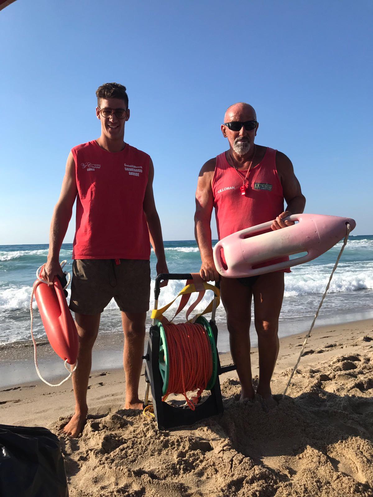 Salvataggio nel mare di Cefalù, i bagnini portano in salvo un turista