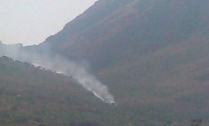 Incendio a San Calogero, sul versante di Sciara