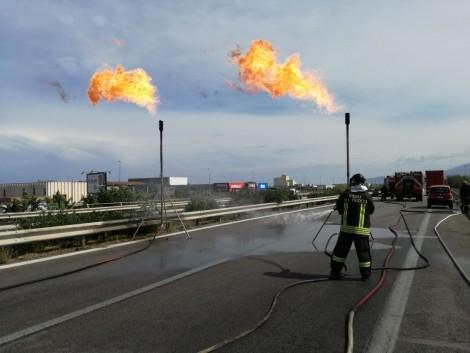 Autobotte incendiata sulla A-19 Paura, traffico in tilt e disagi