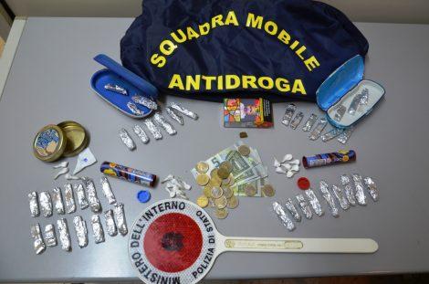 Fermato in auto con un chilo di hashish e cento grammi cocaina, arrestato dalla Polizia