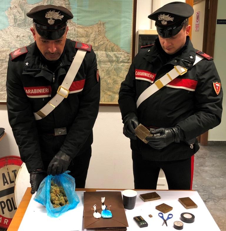 Lanciano la droga dal bancone, arrestati due giovani