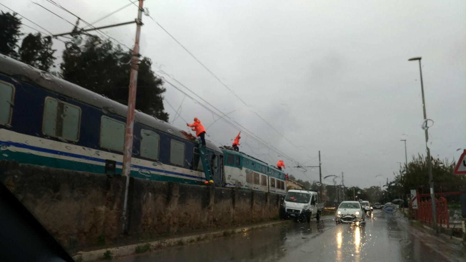 Cefalù: cadono i cavi sul treno in corsa, panico tra i passeggeri