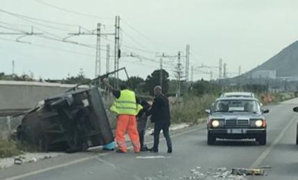 Incidente a Campofelice di Roccella: mezzo fuori strada e traffico in tilt