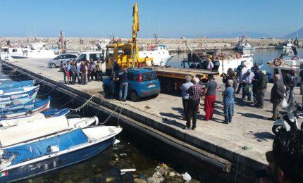 Conducente dimentica di inserire il freno a mano, l'auto finisce in mare
