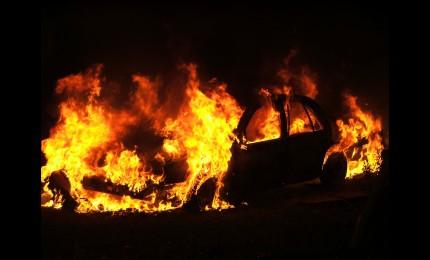 Auto in fiamme e minacce, uomo respinto da ex crea il panico