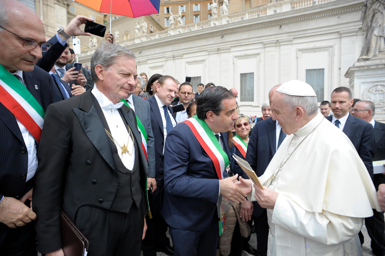 Vertenza ex Fiat e crisi sociale: il sindaco consegna una lettera al Santo Padre