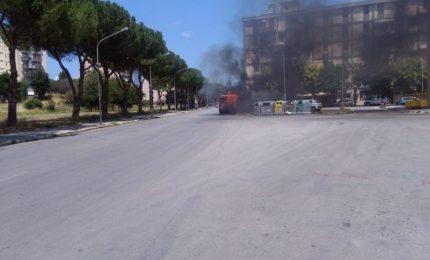 Autobus in fiamme a Palermo, paura per i passeggeri: intervento dei vigili del fuoco (FOTO e VIDEO)