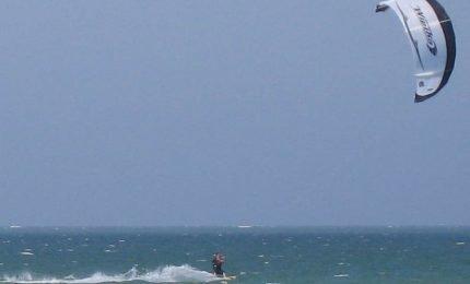 Tragedia a mare: un giovane muore annegato cadendo dal suo kitesurf
