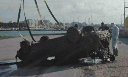 Tragedia per un uomo di 58 anni: con l'auto finisce nello specchio d'acqua del porto