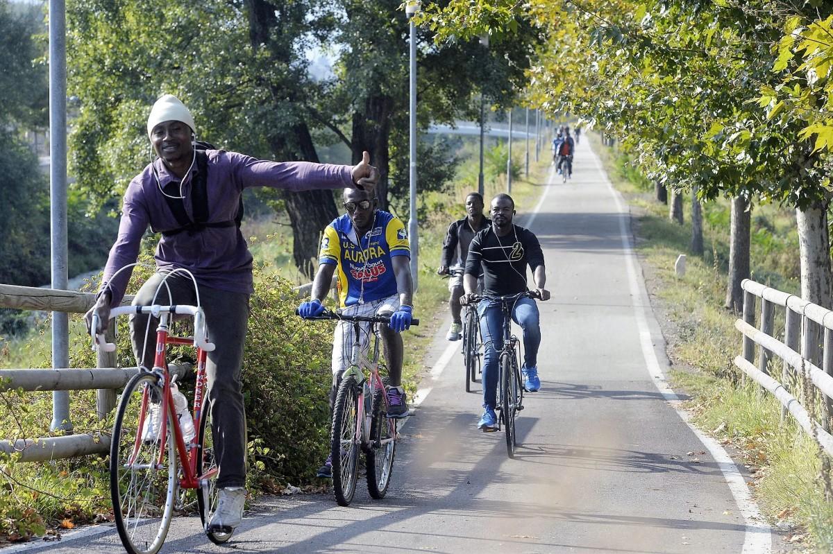 Ragazzino di 9 anni pestato da migranti: secondo gli extracomunitari avrebbe tentato di sottrarre loro una bici