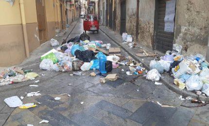 Emergenza rifiuti a Termini Imerese: bloccata una strada del centro storico