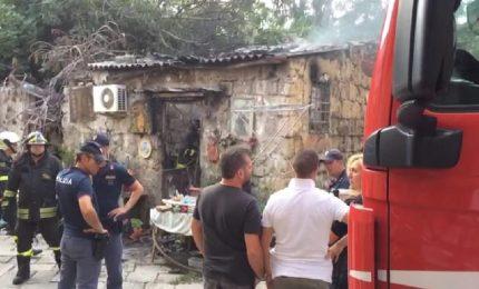 Incendio in un appartamento del centro storico, un uomo ha perso la vita