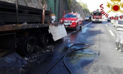 Tir in fiamme in autostrada (FOTO)