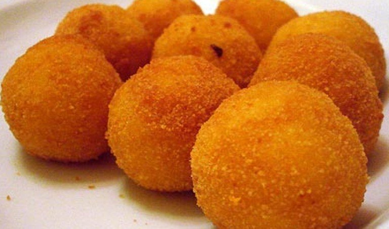 E' più corretto dire arancino o arancina? La Crusca risponde: chiamatele palle di riso e non rompete più i coglioni!