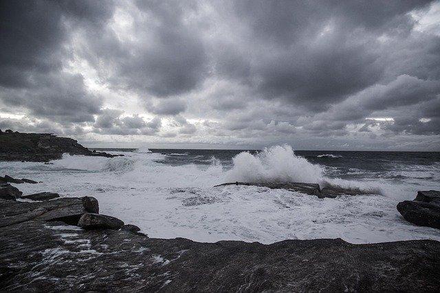 Bufera di vento sull'isola, continuano i disagi
