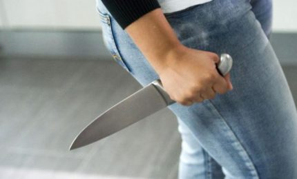 Ucciso a coltellate dalla moglie