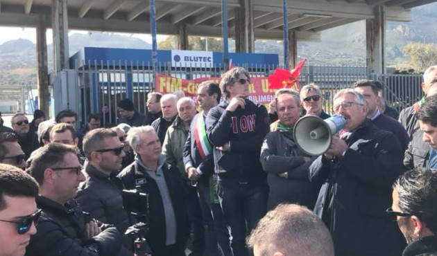 """Blutec, continua la protesta: """"Dobbiamo indossare i gilet gialli per avere l'attenzione di Di Maio?"""""""