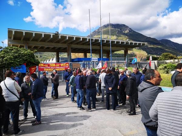 Operai Bluetc, il primo maggio davanti ai cancelli (foto)