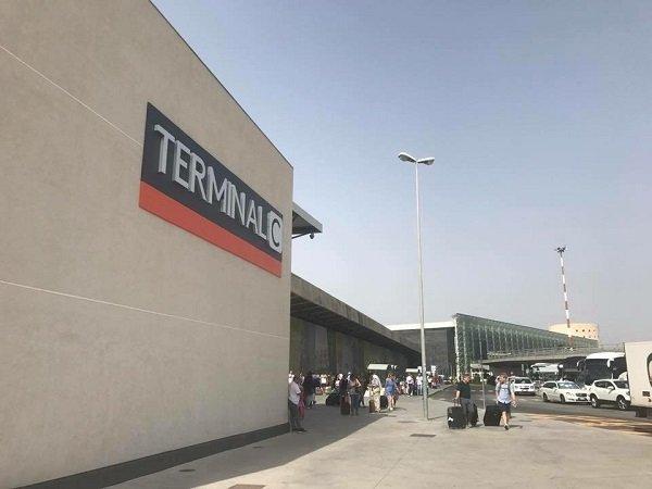 Lasciano bimbo chiuso in auto in aeroporto, la polizia evita la tragedia