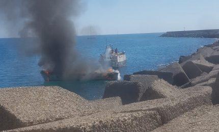 In fiamme imbarcazione della Capitaneria di Porto di Cefalù (foto)