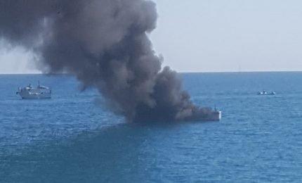 """Cefalù, fiamme a bordo della """"vedetta"""" della Capitaneria di Porto"""