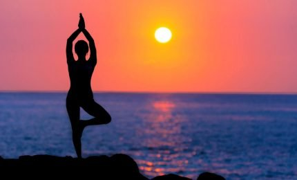 Praticare yoga nei più bei scenari siciliani: un'agenzia di viaggio raccoglie le migliori proposte