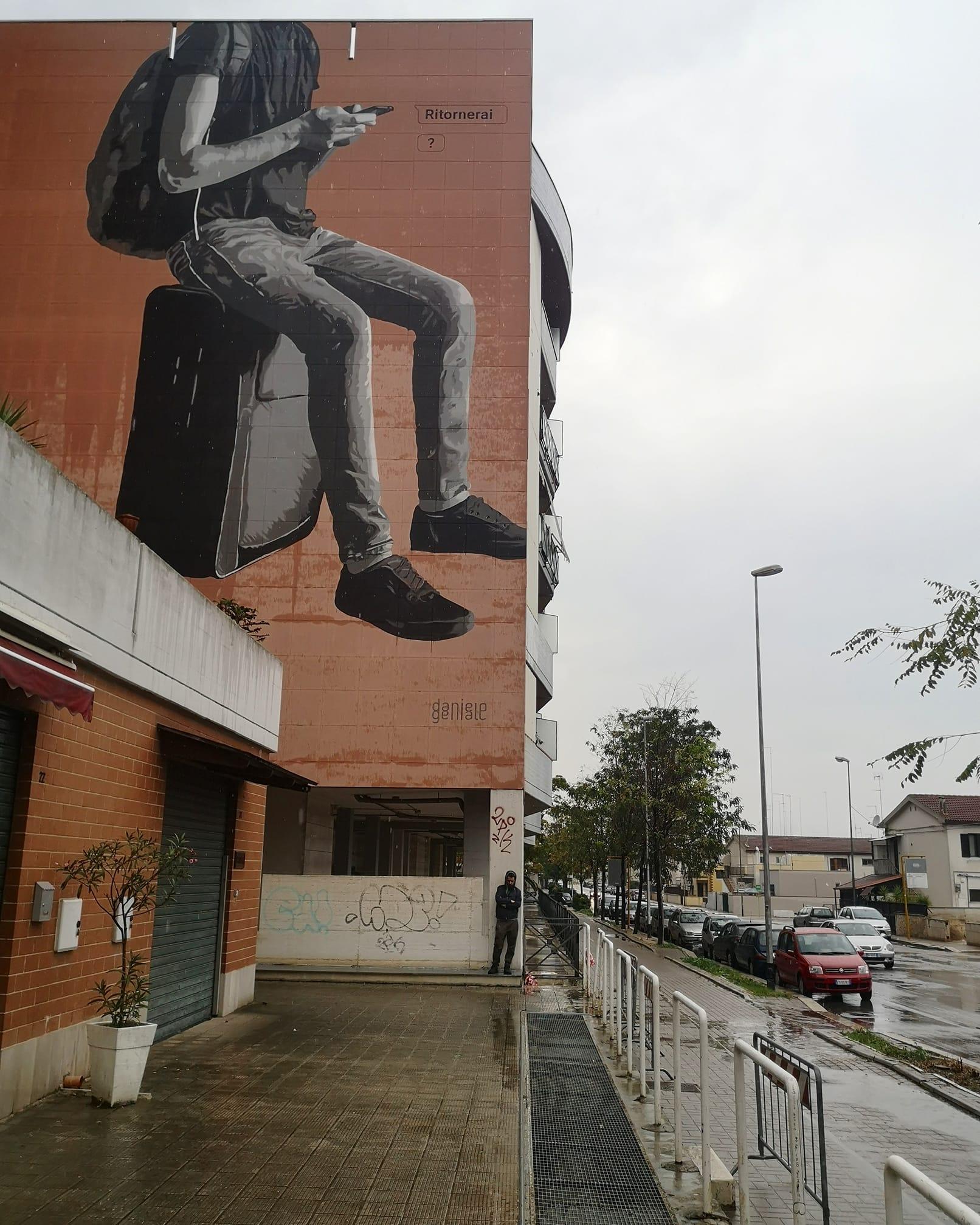 """Ai giovani che se ne vanno un murales che è """"un pugno allo stomaco"""""""