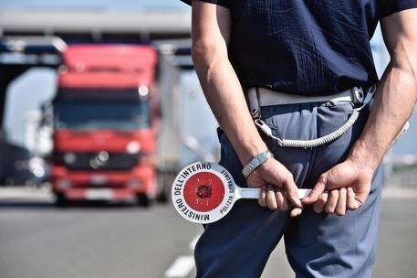 Controlli sulle autostrade A19 e A20: Buonfornello, la Polstrada denuncia due camionisti